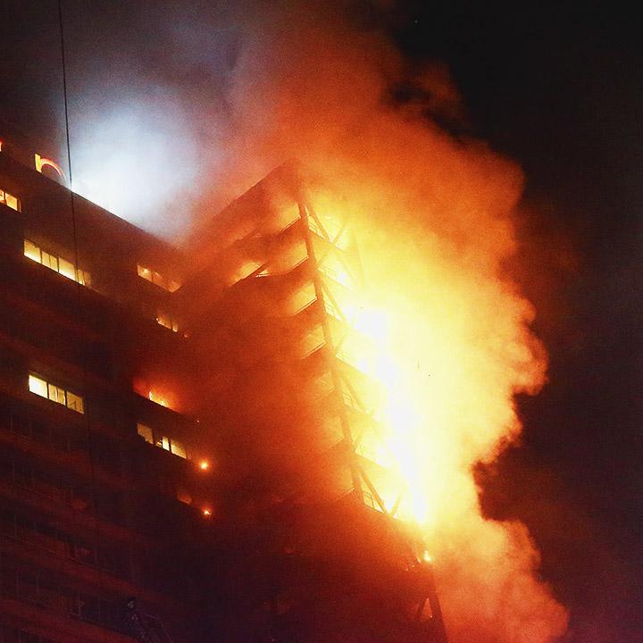 Incendio en una escalera del edificio de Enel