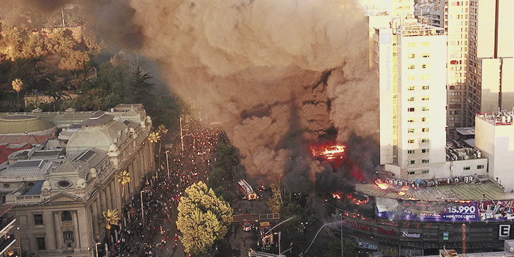 Gran incendio afecta a locales en Alameda con Santa Rosa