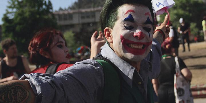 Manifestantes van disfrazados a Plaza Italia