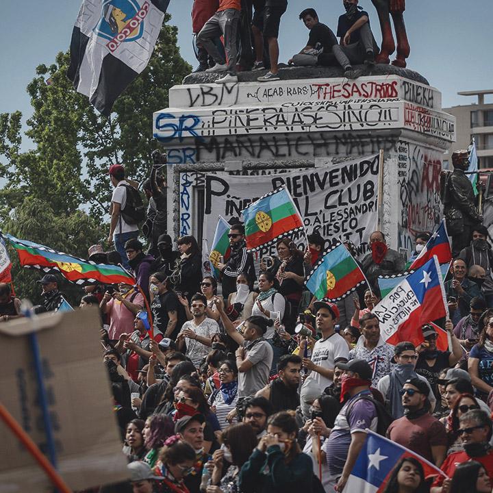 Miles de personas se juntan en Plaza Italia