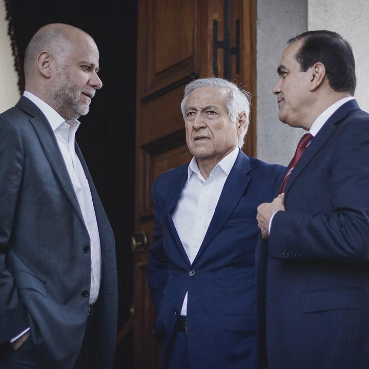 Oposición se reúne con gobierno y pide nueva Constitución