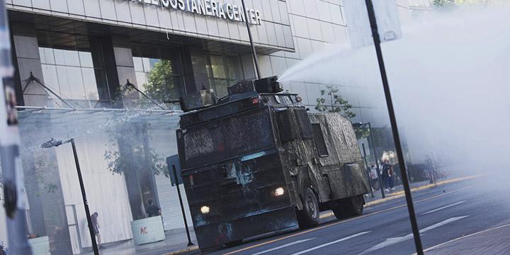 Manifestantes llegan al Costanera Center