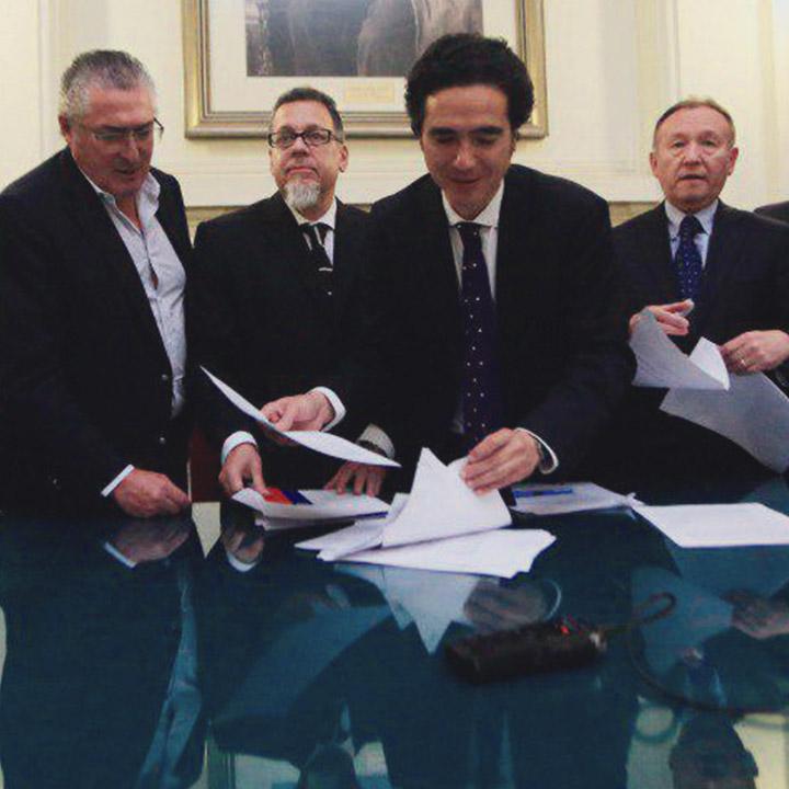 Gobierno firma acuerdo con oposición por reforma tributaria