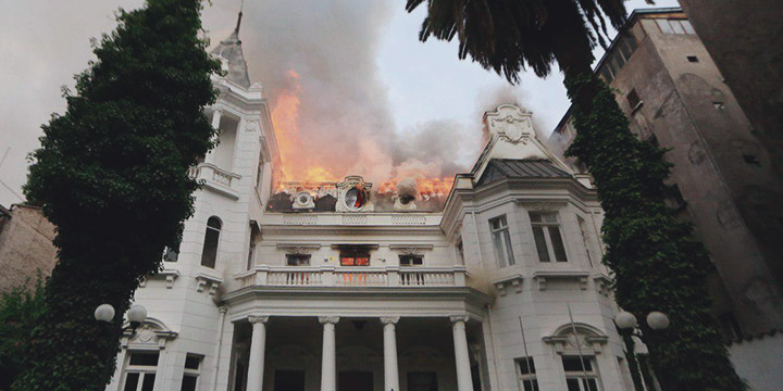 Gigantesco incendio afecta a sede de la universitaria