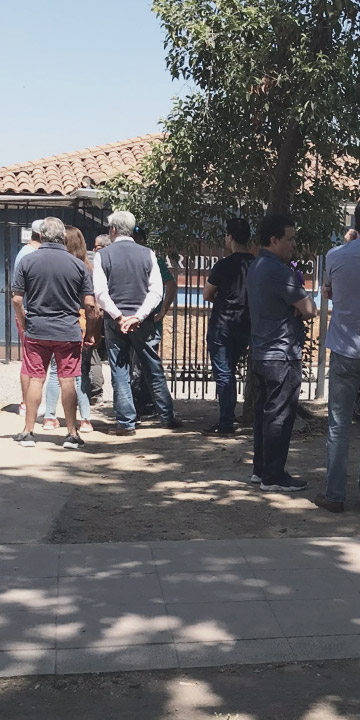 Personas hacen fila en armería de Vitacura